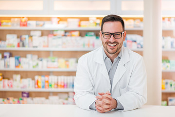 Photo sur Aluminium Pharmacie Portrait of cheerful male pharmacist.