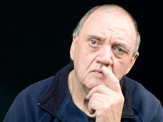 portrait homme âgé expressif sur fond noir
