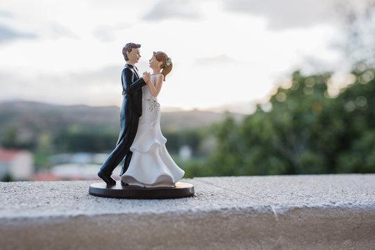 bride and groom figurines on the wedding cake