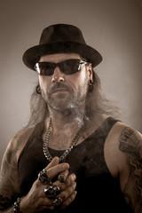 Zigarre rauchen Rocker mit Hut und Zigarren tätowiert Mann