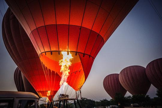 Start eines Heißluftballon über Bagan