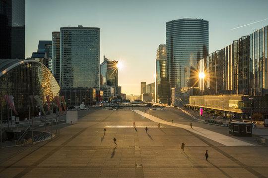 quartier d'affaires de la défense Paris au lever du soleil