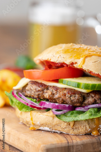 Hausgemachter Burger Auf Dunklem Holz Stock Photo And Royalty Free