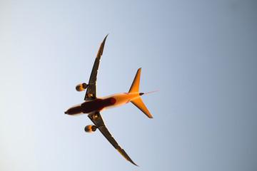 Flugzeug vor der Landung angestrahlt von der Abendsonne - Stockfoto