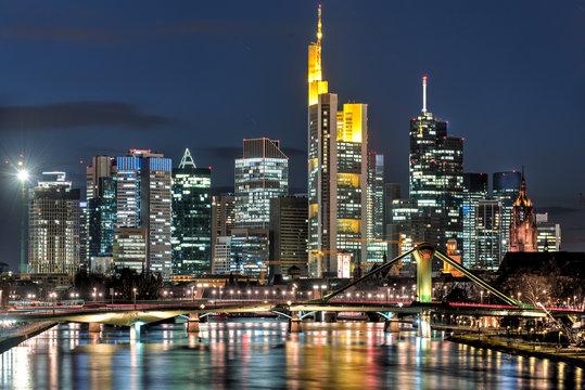 Das Bankenviertel von Frankfurt am Main bei Nacht und künstlicher Beleuchtung