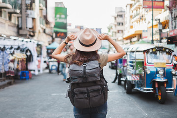 Back view Asian woman tourist backpacker travel in Khao San road, Bangkok, Thailand Fototapete