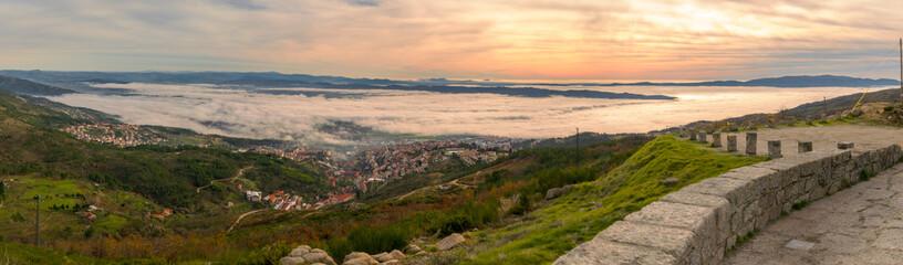 Foto panoramica de la cuidad de Covilha y el Valle de Cova de Beira en Portugal