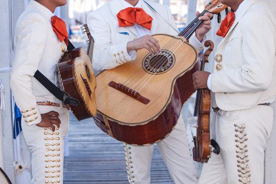 Mariachi con costume tipico e chitarra