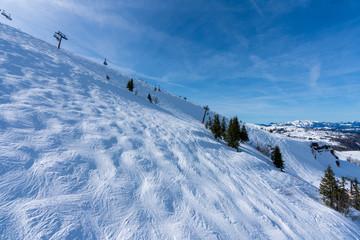 Aussicht von Waidring Steinplatte auf Winterlandschaft mit Schipiste