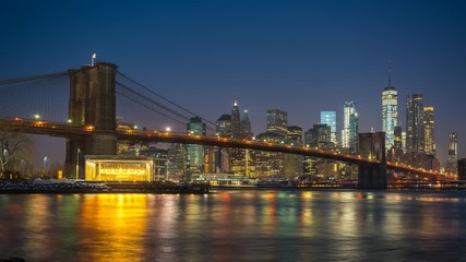 Fotomurales - Panoramic view of Brooklyn bridge and Manhattan at sunrise, New York City. Time lapse of night to day transition.