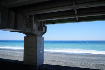 バイパスの高架下から見た国府津海岸