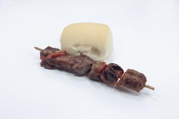 spiedini alla griglia con carne di pollo e verdure