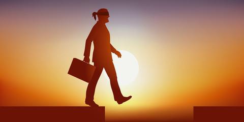 Concept de la crédulité dans le monde des affaires, avec un homme qui marche les yeux bandés, en se dirigeant en toute confiance vers un précipice