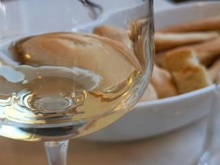 calice di vino bianco cestino di pane