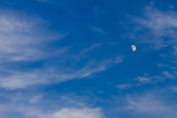 青い空と白い雲と月
