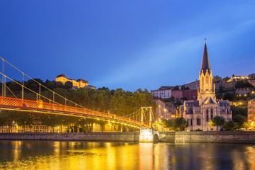 Fototapete - Saint Georges pedestrian bridge at dusk, Lyon - France