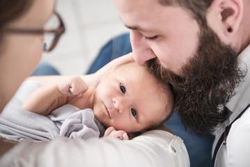Neugeborener Junge ist entspannt und glücklich mit Eltern
