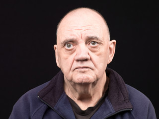 portrait vieil homme en colère sur fond noir