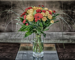 Obraz bukiet żółtych róż i czerwonych gerber i goździków - fototapety do salonu