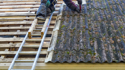 3382_A_roofer_on_the_ladder_getting_off_the_roofplate.jpg