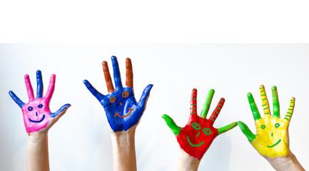 Bunt bemalte Kinderhände