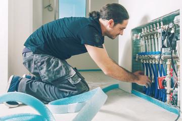 Installation einer Fußbodenheizung. Fußbodenheizung mit isolierten Metallrohren reparieren
