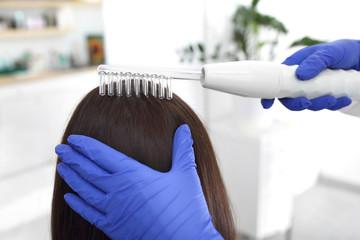 Pielęgnacja włosów, zabieg nawilżający dla suchych i łamliwych włosów.