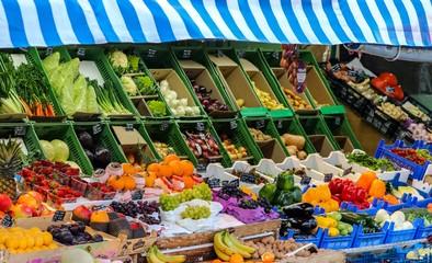 Gesundes Obst und Gemüse am Obststand, München Viktualienmarkt
