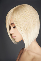 Fotorolgordijn Kapsalon Lovely asian woman with blonde short hair
