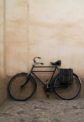 Keuken foto achterwand Fiets Old bicycle leaning against a wall