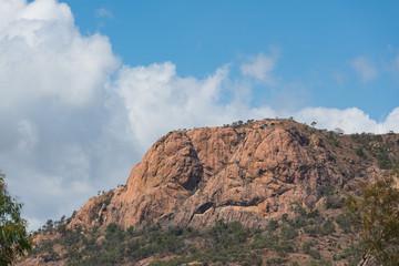 Berg in Wüstenlandschaft