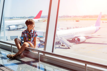 Boy looking at planes in the airport Fototapete