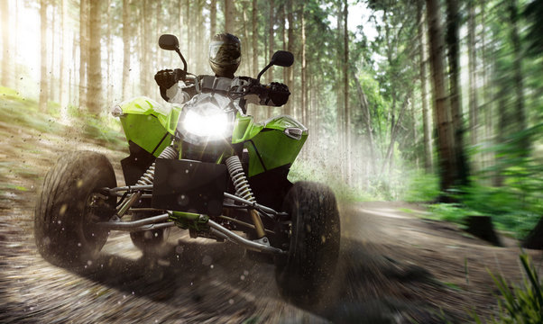 Quad ATV fährt Offraod