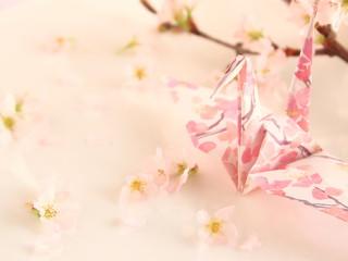 折り紙で作った鶴とサクラの花(日本の春のイメージ)