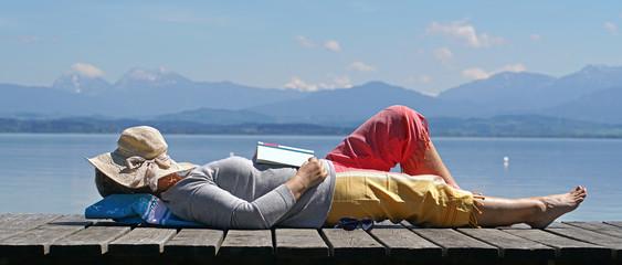 Fototapeta eingeschlafen beim Lesen in der Natur obraz