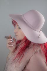 Frau mit roten Haaren Hut und Zigarre Haare rot