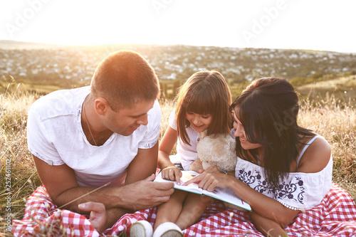 seneste rabat AliExpress detaljering Family is reading a book in nature.