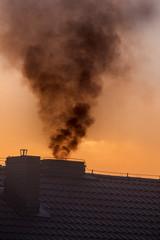 Fototapeta Dym unoszący się z komina, ogrzewanie węglem kamiennym,
