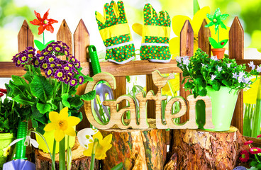 bei der Gartenarbeit Zaun Blumen Frühblüher Garten