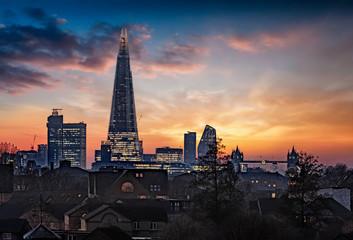 Die beleuchtete Skyline von London, Großbritannien, am Abend nach Sonnenuntergang