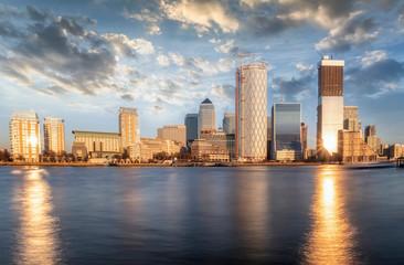 Panoramablick auf das Finanzviertel von London, Canary Wharf, bei Sonnenuntergang, Großbritannien