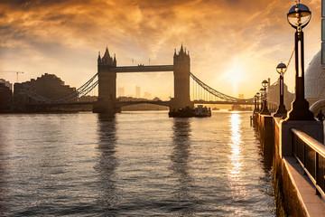 Die Tower Bridge in London, Touristenattraktion Nummer eins, bei Sonnenaufgang