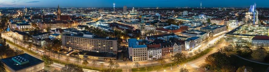 Panorama von Hannover Innenstadt an einem Abend bei schönen Wetter