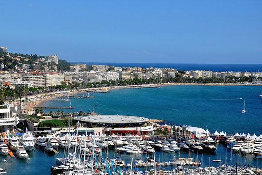 France, côte d'azur, la baie de Cannes. La ville de Cannes organise chaque année le célèbre Festival International de Film récompensé par la Palme d'Or.