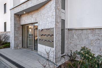 Gebäude Eingang mit Glastür