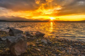 Fototapeta zachód słońca nad jeziorem obraz