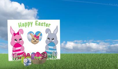 Grußkarte mit Kawaii Häschen aus der ein Osterhase schaut mit Geschenken und Osterkorb auf grüner Wiese mit blauem Wolkenhimmel.
