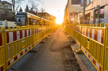 Baustelle auf Fahrbahn mit Tram