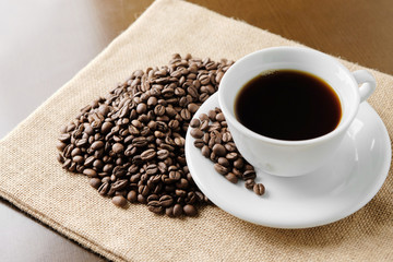 コーヒー豆とコーヒーのイメージ