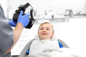 Fototapeta Dziecko u stomatologa. Lekarz robi zdjęcie obraz